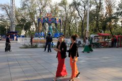 Ashgabad, Turkmenistán - 10 de octubre de 2014 Youn no identificado dos Foto de archivo