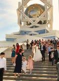 Ashgabad, Turkmenistan - 15. Mai 2013 Braut und Bräutigam auf dem St. Lizenzfreie Stockbilder