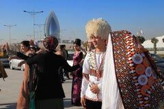 Ashgabad, Turkmenistan - Oktober 15, 2014 Bruid en bruidegom i Stock Foto