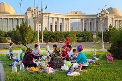 Ashgabad, Turquemenistão - 1º de agosto de 2014 Piquenique grande feliz da família Fotografia de Stock