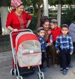 Ashgabat, Τουρκμενιστάν - 5 Οκτωβρίου 2015 Άγνωστη τουρκμενική οικογένεια Στοκ Εικόνες