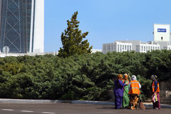 Ashgabat, Τουρκμενιστάν - 26 Οκτωβρίου 2014 Οι γυναίκες καθαρίζουν το stre Στοκ Εικόνα