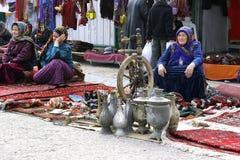 Ashgabat, Turkmenistan - Februari 26 Drie niet geïdentificeerde Aziaat royalty-vrije stock afbeelding