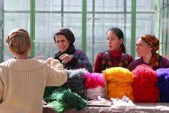 Ashgabat Turkmenistan, Luty, - 26 Kobiety na targowym zakupie ya Fotografia Royalty Free