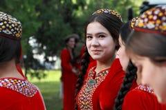 Ashgabat Turkmenistan, Maj 25, 2017: Stående av en okända fem Arkivbilder