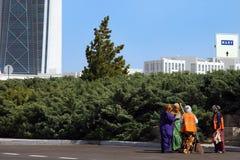 Ashgabat, Turkmenistan - Oktober 26, 2014 De vrouwen maken stre schoon Stock Afbeelding