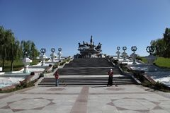 Ashgabat Turkmenistan, Październik, - 26, 2014 Kobiety zamiatają teren Obrazy Stock