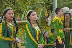 Ashgabat Turkmenistan, Wrzesień, -, 12, 2017 : Grupa tancerze przed występem przy bajramu festiwalem obrazy stock