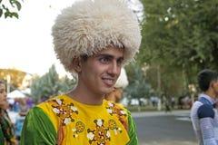 Ashgabat Turkmenistan, Wrzesień, -, 3, 2017: Uśmiechnięty młody człowiek wewnątrz w krajowym kostiumu przed występem przy Kurban- zdjęcia royalty free