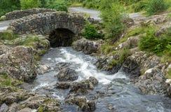 ASHNESS桥梁,湖DISTRICT/ENGLAND - 8月30日:Ashness Brid 图库摄影