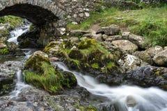 ASHNESS桥梁,湖DISTRICT/ENGLAND - 8月30日:Ashness Brid 免版税库存照片