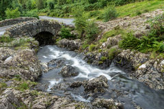 ASHNESS-BRO, SJÖ DISTRICT/ENGLAND - AUGUSTI 30: Ashness Brid Royaltyfri Fotografi