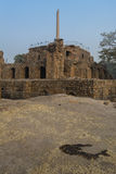 Ashoka pelare på den pyramidala strukturen i den Feroz schah Kotla Arkivbilder