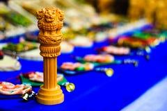 Ashoka Stambha微型木复制品  一座古老历史的印地安纪念碑 Ashoka,印地安国徽的狮子面孔Pliiar 免版税库存图片