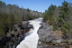 Ashokan-Reservoir-Abflusskanal fällt mit Regenbogen. Lizenzfreies Stockbild