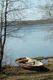 ashore озеро шлюпки стоковое изображение