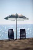 ashore предводительствует около зонтика пребывания 2 моря вниз Стоковые Изображения RF