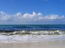 ashore разбивая волны Стоковое Фото