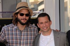 Ashton Kutcher Jon Cryer royaltyfria bilder