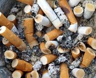 ashtray η ανασκόπηση χτυπά το σύνο στοκ φωτογραφία με δικαίωμα ελεύθερης χρήσης