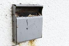 Ashtray καπνιστών τσιγάρων το απαγορευμένο υπαίθρια μέταλλο στον τοίχο τοίχων χωρίζει κατά διαστήματα το υπόβαθρο στοκ εικόνες