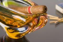 ashtray πούρο Κουβανός Στοκ φωτογραφία με δικαίωμα ελεύθερης χρήσης