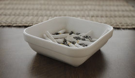 ashtray χτυπά το τσιγάρο Στοκ Εικόνα