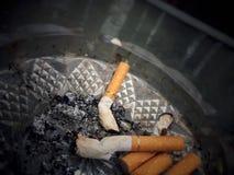 ashtray бодает сигареты сигареты вполне Стоковое фото RF