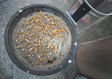 Ashtray вполне с stubs сигареты Стоковые Фотографии RF