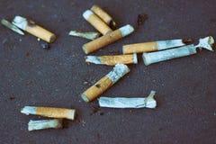 ashtray kruponów papierosowi papierosy folujący Obraz Stock