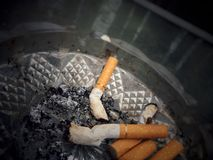 ashtray kruponów papierosowi papierosy folujący Zdjęcie Royalty Free