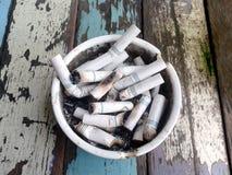 Ashtray pełno kruponów papierosy zdjęcie stock