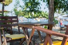 Ashtray w plaża baru restauraci blisko morza, Zdjęcia Royalty Free