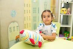 Asiático adorable, muchacha del niño del Kazakh en sitio del cuarto de niños Niño en guardería en clase del preescolar de Montess fotografía de archivo libre de regalías