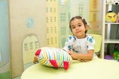 Asiático adorable, muchacha del niño del Kazakh en sitio del cuarto de niños Niño en guardería en clase del preescolar de Montess imagen de archivo