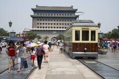 Asiático China, Pekín, Zhengyang Jianlou, coches del sonido metálico de golpe o choque del sonido metálico de golpe o choque Fotos de archivo