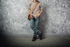 Asiático do homem novo do viajante com saco de couro foto de stock