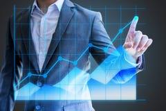 Asiático estatística holográfica mostra da mão do uso do homem de negócios do gráfico linear Fotografia de Stock