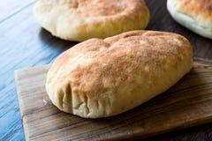 Asiático Gua Bao Bun Pita Bread na superfície de madeira foto de stock