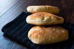 Asiático Gua Bao Bun Pita Bread na superfície de madeira imagens de stock