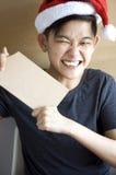 Asiático joven emocionado que muestra al tablero en blanco Imagen de archivo libre de regalías