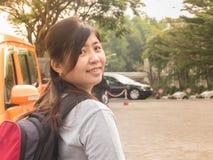 Asiático joven hermoso - el ir sonriente de la mujer china a viajar Foto de archivo libre de regalías