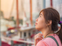 Asiático joven hermoso - mujer china que piensa en puerto Fotos de archivo libres de regalías