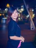 Asiático joven hermoso - mujer china que sonríe en la noche Foto de archivo libre de regalías