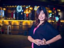 Asiático joven hermoso - mujer china que sonríe en parque en la noche Imágenes de archivo libres de regalías