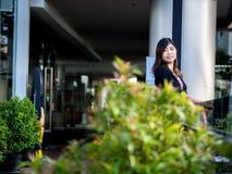 Asiático joven hermoso - mujer china que sonríe en terraza Fotos de archivo libres de regalías