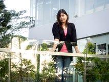 Asiático joven hermoso - mujer china que sonríe en terraza Foto de archivo libre de regalías