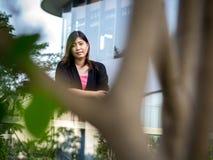 Asiático joven hermoso - mujer china que sonríe en terraza Fotografía de archivo
