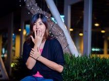 Asiático joven hermoso - mujer china sorprendida, mano en boca Fotografía de archivo libre de regalías
