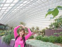 Asiático joven hermoso sonriente - mujer china que viaja a Flowe Fotografía de archivo libre de regalías